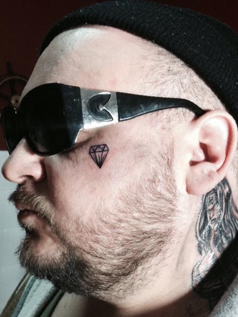 Red Ma Tatuaż Na Twarzy Glamrappl