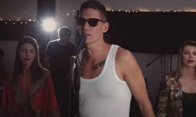 Kuba Knap raper z mikrofonem