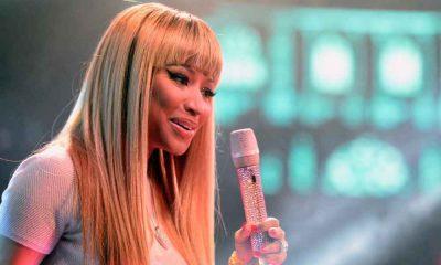 NIcki Minaj w lond włosach na scenie z mikrofonem