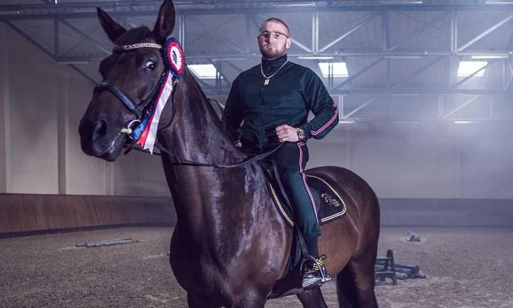 Kizo na koniu, koń