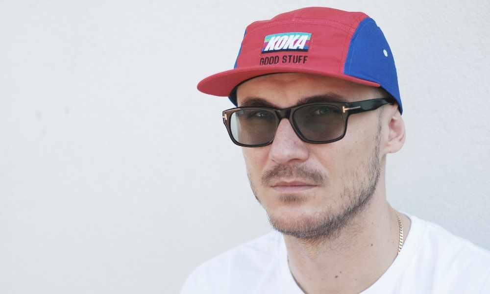 Pezet w okularach i czapce Koka