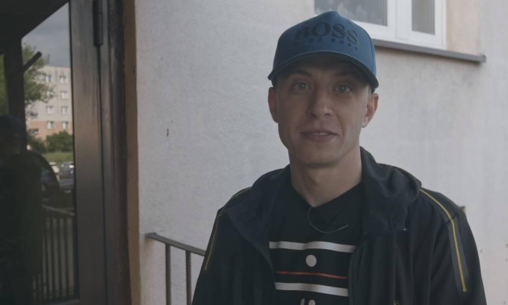 TPS marta linkiewicz stoi na klatce w blokowisku