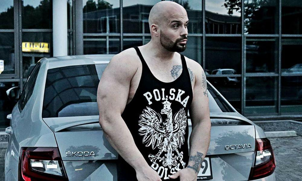 toony w czarnej koszulce polska
