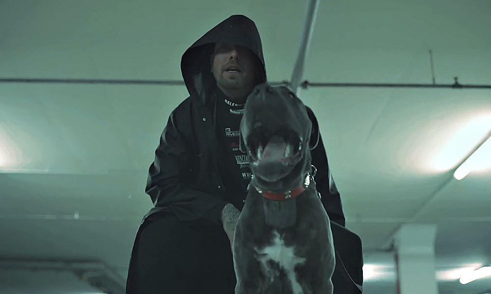sentino w czarnej bluzie z psem