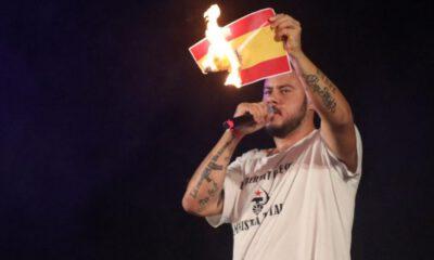 pablo hasel pali flagę hiszpanii