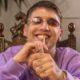 sobel w fioletowej bluzie i okularach